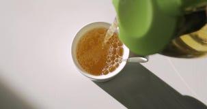 Auslaufender grüner Tee in weiße Schale, Draufsicht, schloss ursprüngliches Audio ein stock video