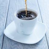 Auslaufender heißer Kaffee in Schale Stockfoto