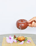 Auslaufender heißer Tee in Schale Stockfotos