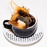 Auslaufender Kaffee auf dem weißen Hintergrund Lizenzfreie Stockfotos