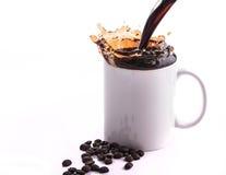 Auslaufender Kaffee auf dem weißen Hintergrund Lizenzfreie Stockbilder