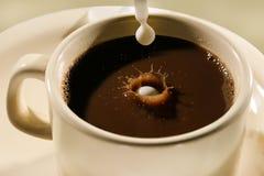 Auslaufender Kaffee auf dem weißen Hintergrund stockfoto