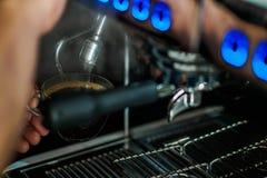 Auslaufender Kaffee der Espressomaschine stockbilder