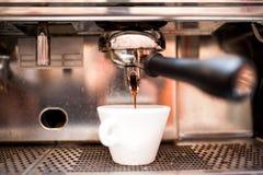 Auslaufender Kaffee der Espressomaschine in der Kneipe, Bar, Restaurant Lizenzfreie Stockbilder