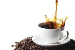 Auslaufender Kaffee im Cup Stockfoto