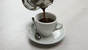 Auslaufender Kaffee mit Kaffeetopf stock footage