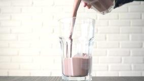 Auslaufender Kakao herein zu einem Glas stock video