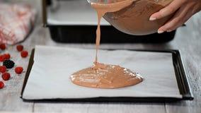 Auslaufender Kuchenteig auf Backblech Herstellung der Schokoladen-Torte serie stock video