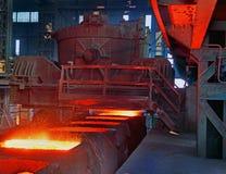 Auslaufender Stahl in Blockformen. Lizenzfreies Stockfoto