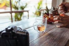 Auslaufender Tee der Frau in einer Schale Lizenzfreies Stockbild