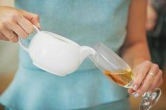 Auslaufender Tee der Frau in Weinglas Nicht alkoholisches Getränk stockbilder