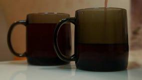 Auslaufender Tee der Teekanne in Schale Auslaufender Tee stock footage