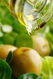 Auslaufendes Öl auf Salat Stockbilder