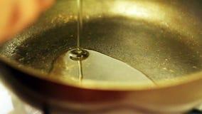 Auslaufendes Öl in Bratpfanne stock footage