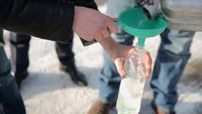 Auslaufendes Benzin vom Kanister in einer Flasche stock footage
