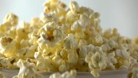 Auslaufendes frisches Popcorn in Papierkasten Konzepte des Kinos, des Sammel- oder des Schnellimbisses Superzeitlupetransportwage stock video