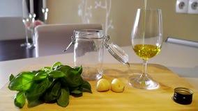 Auslaufendes Olivenöl in Gläser stock video footage