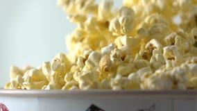 Auslaufendes Popcorn in Kasten Konzepte des Kinos oder des Schnellimbisses Superzeitlupetransportwagenschuß stock footage