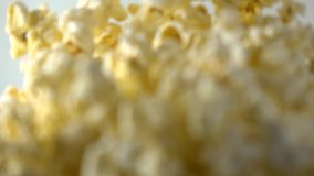 Auslaufendes Popcorn in Kasten Konzepte des Kinos oder des Schnellimbisses Superzeitlupetransportwagenvideo stock video