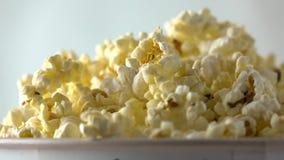 Auslaufendes Popcorn in Papierkasten Konzepte des Kinos oder des Schnellimbisses Superzeitlupetransportwagenvideo stock video