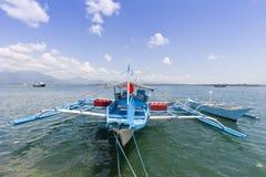 Auslegerboot verankert am Kai stockbild