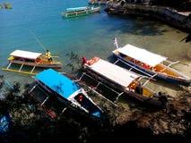 Auslegerboote auf den Strand gesetzt für Besichtigungshalt auf Gouverneur ` s Insel, Hundreed-Inseln Nationalpark, Alaminos, Phil lizenzfreies stockfoto