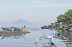 Auslegerboote im indonesischen Hafen Lizenzfreie Stockfotos
