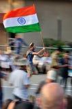 Ausländer, der mit der indischen Markierungsfahne läuft Stockbild