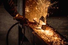 Ausmeißeln der schweißenden Stahlkonstruktion und der hellen Funken Lizenzfreies Stockbild