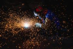 Ausmeißeln der schweißenden Stahlkonstruktion und der hellen Funken im Stahl-const Stockbild