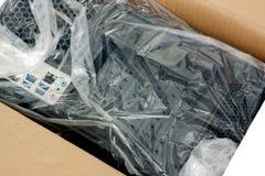 Auspacken der schwarzen Personal-Computer-, hinteren Ansicht stockfoto