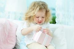 Auspacken des Geschenkes Stockbild