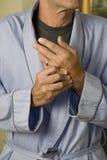 Auspressende Hände des Mannes in pain_1 Lizenzfreies Stockbild