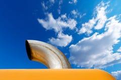 Auspuff-Rohr auf blauem Himmel Stockfoto