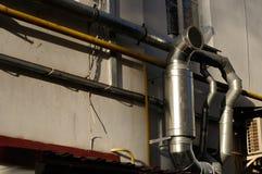 Auspuff-Ventilations-Rohr auf Gebäude Stockbilder