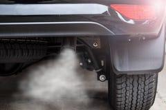 Auspuff vom schwarzen Auto, Luftverschmutzungskonzept lizenzfreies stockbild