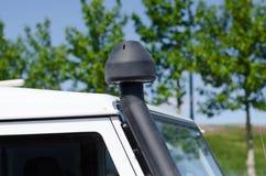 Auspuffrohr auf Autodach Stockfotografie
