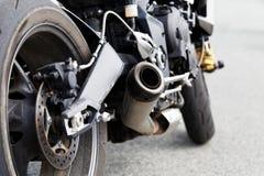 Auspuffrohr und Hinterrad von motocicle lizenzfreie stockfotos