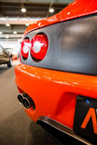 Auspuffrohre und Rücklichter eines Orangensportautos Lizenzfreie Stockfotos
