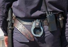 Ausrüstung auf dem Gurt des russischen Polizisten Stockfoto