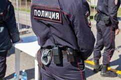 Ausrüstung auf dem Gurt des russischen Polizisten Text auf russisch: Stockfoto
