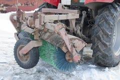 Ausrüstung auf dem Traktor für das Säubern der Straße Lizenzfreies Stockfoto