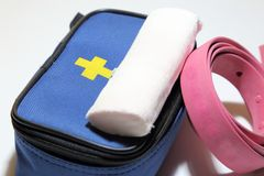 Ausrüstung der ersten Hilfe für erste Hilfe im Falle des Traumas, Aderpresse für St. Lizenzfreies Stockbild