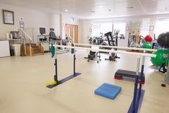 Ausrüstung in der leeren Physiotherapie-Abteilung des Krankenhauses Lizenzfreies Stockbild
