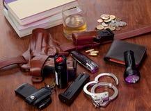 Ausrüstung der Polizeibeamten auf Nachttisch Stockfoto
