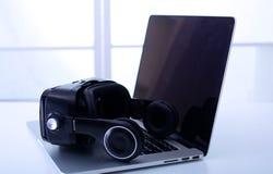 Ausrüstung der virtuellen Realität im Laborlaptop mit Ferndiagnostikmedizinischer ausrüstung stockbilder