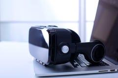 Ausrüstung der virtuellen Realität im Laborlaptop mit Ferndiagnostikmedizinischer ausrüstung Lizenzfreie Stockfotografie