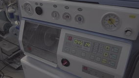 Ausrüstung für Belüftung der künstlichen Lunge für Sauerstoffversorgung zum Patienten, nicht Farbe korrigiert, gut für Farbdas or stock video footage