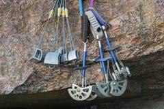Ausrüstung für Bergsteigen auf den Granitsteinen Lizenzfreies Stockfoto