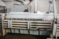 Ausrüstung für das Drücken des Papierabfalls in einer Abfallsortieranlage lizenzfreie stockfotografie